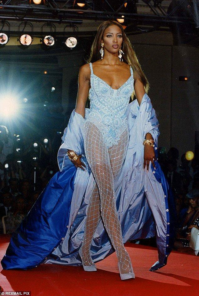 1980'lerin sonundan bu yana modellik sektöründe büyük bir isim olan Naomi'nin güzelliği yandan bakışlarıyla bile görülüyor.
