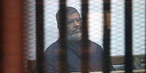 Mısır'ın Eski Cumhurbaşkanı Muhammed Mursi Mahkeme Salonunda Hayatını Kaybetti