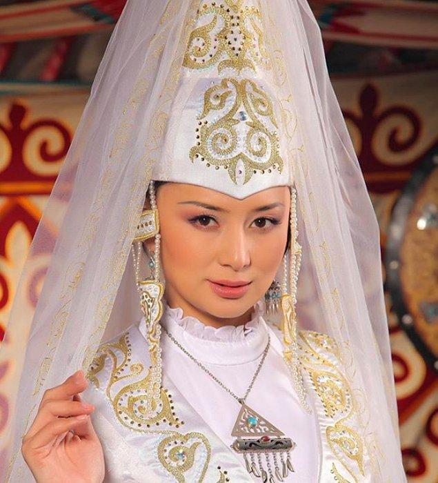 4. Kazakistanlı gelinler düğünlerde, kafalarına saukele adını verdikleri ve eş olarak başladıkları yeni hayatın sembolü olarak gördükleri başlığı takarlar.