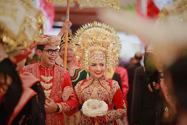 8. Jakarta'daki düğünlerde giyilen geleneksel Endonezya kıyafeti birçok altın, karmaşık ve renkli desenlerden oluşur. Bunun yanında abartılı başlık da takılır.