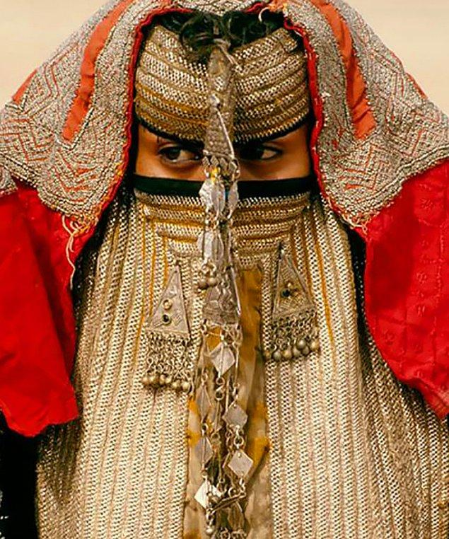 18. Eritre'deki gelinler, geçmiş tarihte gelen misafirlerden yüzünü gizlemeye yardımcı olan başörtüsünü günümüzde de kullanırlar.