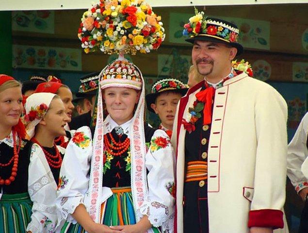 22. Çiçek ve bitkilerden yapılan taç ve diğer saç takıları  Polonya düğün kültürünün önemli bir kısmını oluşturur.