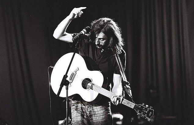 """Müziğe ortaokul birinci sınıfta mandolin çalarak başlayan Koyuncu, çocukluğunda """"Kemençeci Yaşar"""" lakabıyla tanınan Yaşar Turna'nın türkülerini çokça dinledi."""