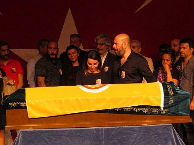 Usta Oyuncu için önce Kadıköy Haldun Taner Sahnesi'nde tören düzenlenmiş, ardından da naaşı Kadıköy Moda Camii'ne getirilmişti.