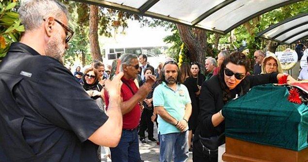 Hamdi Alkan, tabuta kapanıp gözyaşı döken eşi Görgüzel'in fotoğrafını çekmeyi ihmal etmedi!