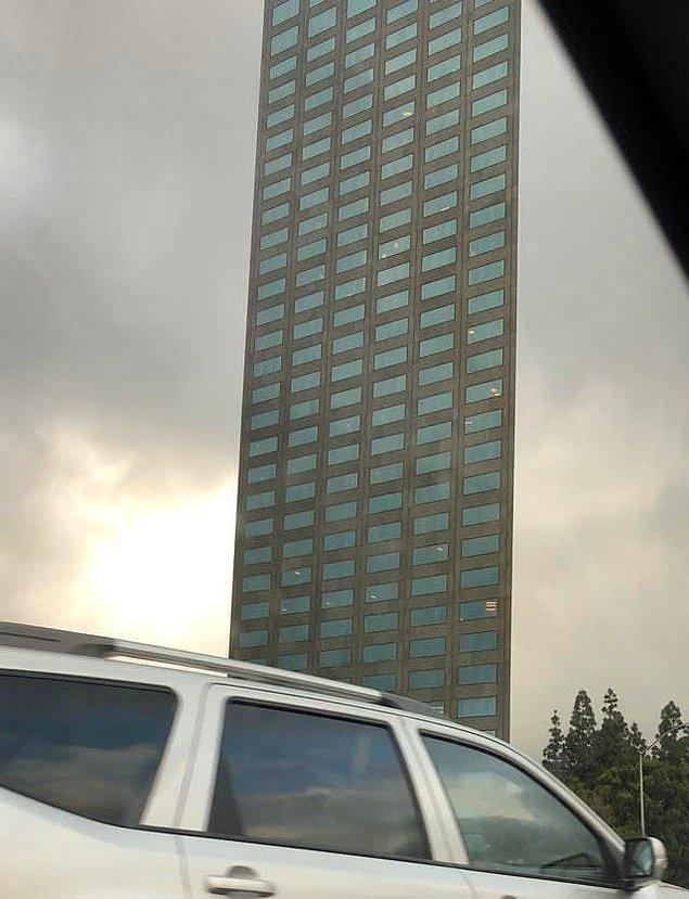 12. Öyle görünmese de, bu bina aslında üç boyutlu.