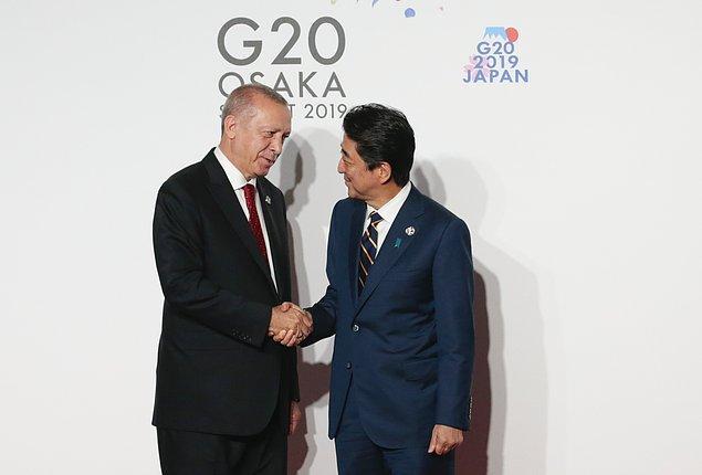 Japonya Başbakanı Abe, konuk liderleri fuar merkezi önünde hazırlanan platformda karşıladı.