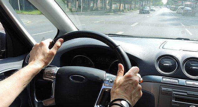 12. Araba kullanıyorsanız, dikiz aynanızı dik otururken ayarlayın. Böylece istemeden kaykılacak olursanız, kendinizi aynanıza göre düzeltmek zorunda kalır ve sürekli dik oturursunuz.