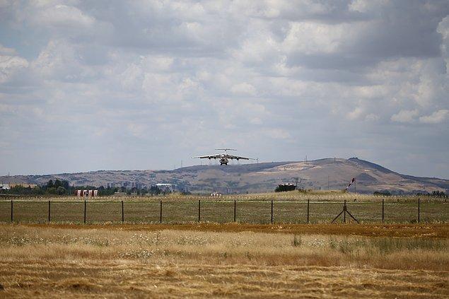 Rusya'dan yaklaşık iki saat arayla gelen üç uçak, Mürted Hava Üssü'ne indi.