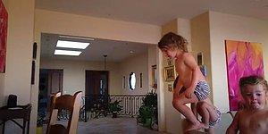 Parkur Alanına Çevirdiği Evde Bir Oraya Bir Buraya Zıplayan Çocuk!