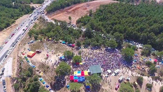 Buluşmaya katılan yüzlerce kişi şantiye alanına doğru yürüyüşe geçmişti