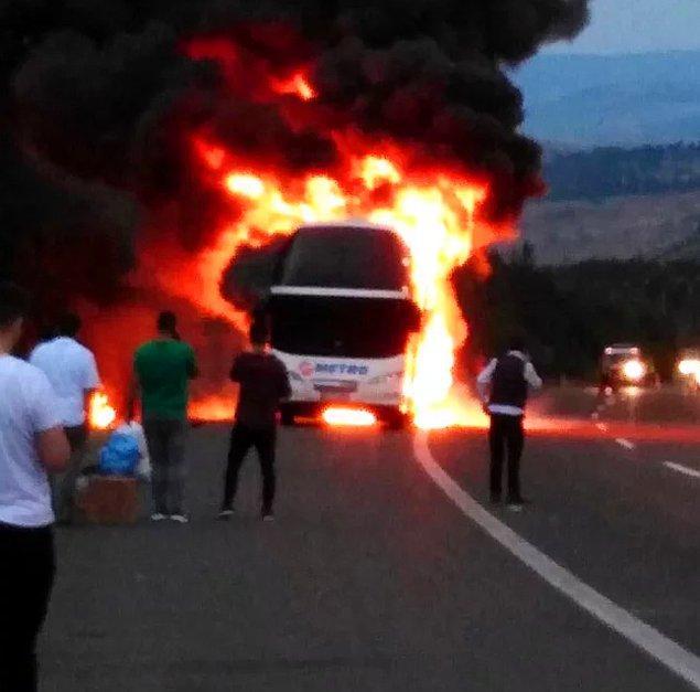Otobüste bulunan 50 yolcunun panik halinde araçtan inmesinin ardından otobüs alev alev yandı.