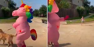 Okuldan Dönen Kızını Unicorn Kıyafeti İçinde Dans Ederek Karşılayan Mükemmel Anne!