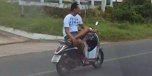 Azrail ile Dalga Geçermiş Gibi Bacak Bacak Üstüne Atıp Motosiklet Kullanan Bir Garip Adam