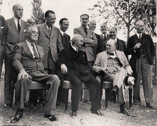 1939 - II. Dünya Savaşı'nın ilk aylarında Fransa, Birleşik Krallık ve Türkiye arasında üçlü savunma ittifakı antlaşması imzalandı.