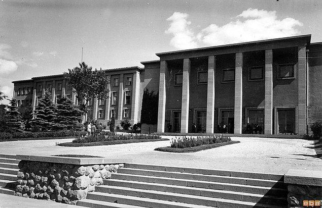 1925 - Ankara Hukuk Fakültesi, Atatürk tarafından açıldı.