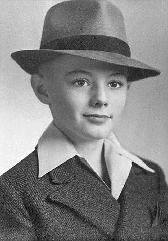 """BONUS: """"1941 dolaylarında, 8 yaşında, bütün inceliğiyle büyükbabam."""""""