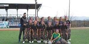 Kadınlar Futbol Müsabakasında Renkli Görüntüler: Maça Şalvar ve Çemberleriyle Çıktılar!