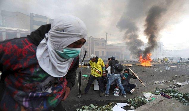 Hükümet karşıtı protestocular, Quito'daki Ulusal Meclis binasının önünde polisler ile karşıya karşıya geldi.