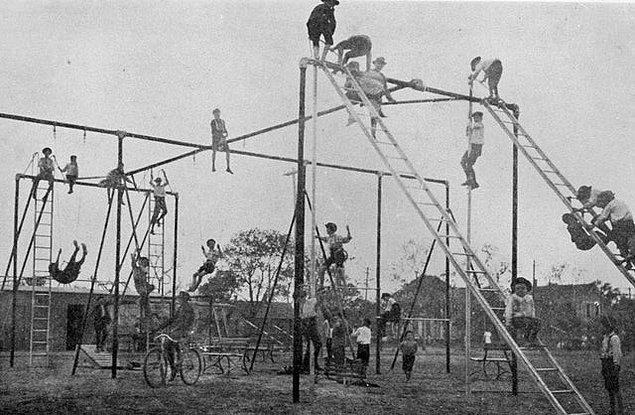 6. Bundan bir asır önce çocuk parkları böyleydi, bugünün güvenli parklarını düşününce böylesi nasıl da tehlikeli!