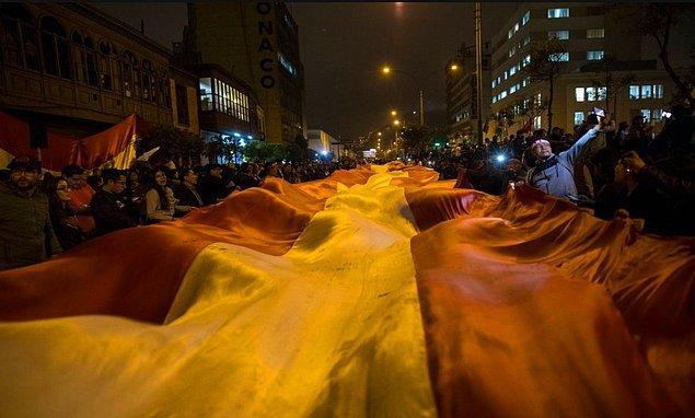 Protestocular, Cumhurbaşkanı Martin Vizcarra'nın Lima'daki yasama meclisini sona erdirmesinden sonra Kongre dışında Peru bayrağıyla yürüyüş yaptı.