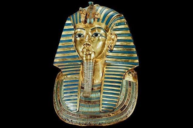 1922 - Howard Carter ve George Herbert de Carnarvon, Mısır Firavunu Tutankhamun'un mezarına 3000 yıl sonra giren ilk insanlar oldular.