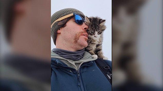 Kırsaldaki evlerden ait olabileceğini düşündüğü için 2 gün boyunca kedinin insan dostlarını arayan adam, kimseyi bulamayınca kediyi sahiplendi.