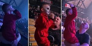 Babasıyla Konsere Giden 5 Yaşındaki Çocuğun Elleriyle Bateristi Taklit Ettiği Muhteşem Anlar!