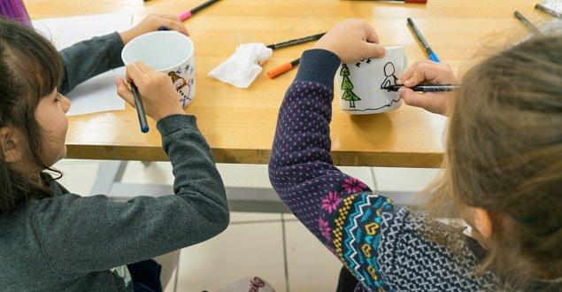 Akbank Sanat, çocuklar için rengarenk kupalar, ailece mozaik, baskı, oyuncak heykel gibi birçok atölye düzenliyor.