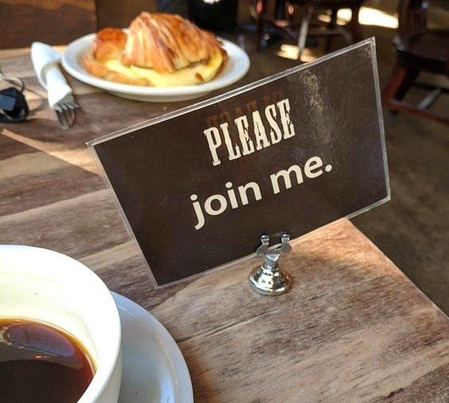 14. Tek başına bir kafeye gidip sıkılanlar için mükemmel çözüm! Üzerinde 'Bana katıl' yazılı kartlar sayesinde başka insanlarla tanışma fırsatınız olabilir.