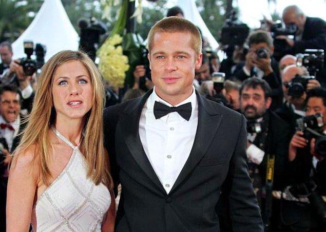 8. Jennifer Aniston, Friends dizisindeki Rachel karakteriyle gönüllerimizde taht kurmuşken, Brad Pitt de gitgide oyunculuk kariyerinin basamaklarını tırmanıyordu. Hafızası kuvvetli olanlar hatırlar, Brad Pitt o dönem eşinin rol aldığı Friends dizisine konuk oyuncu olarak da katılmıştı hatta. İkiliyi birlikte izlemek hepimizin kalplerini eritmişti...