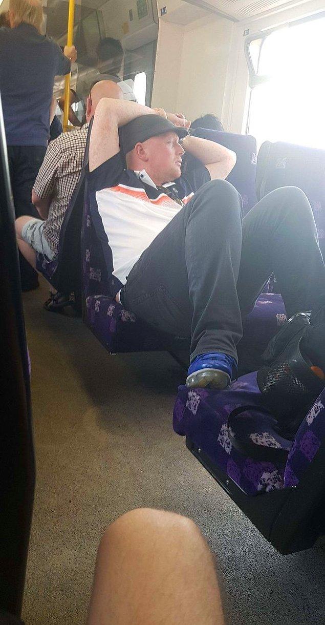 """21. """"Bu adam, büyük ihtimalle İngiltere'nin bugüne kadar gördüğü en sıcak günde, metroda beş koltuğu da kaplamış."""""""