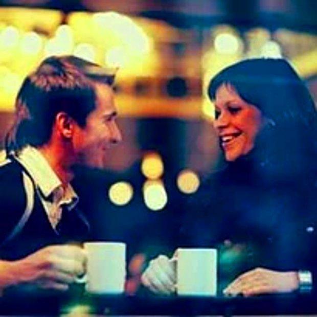 Bir kafede otururuz.