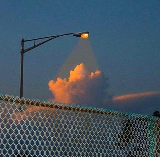 16. Bulutları aydınlatan lambalar.