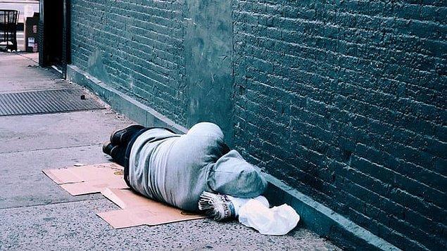 Gidecek yeri olmadığını düşünüp tam 2.5 sene hastane bahçesinde yaşamış. İnsanların yarım bıraktığı yiyeceklerle karnını doyurmuş. Eline geçen parayla da uyuşturucu almaya çalışmış.