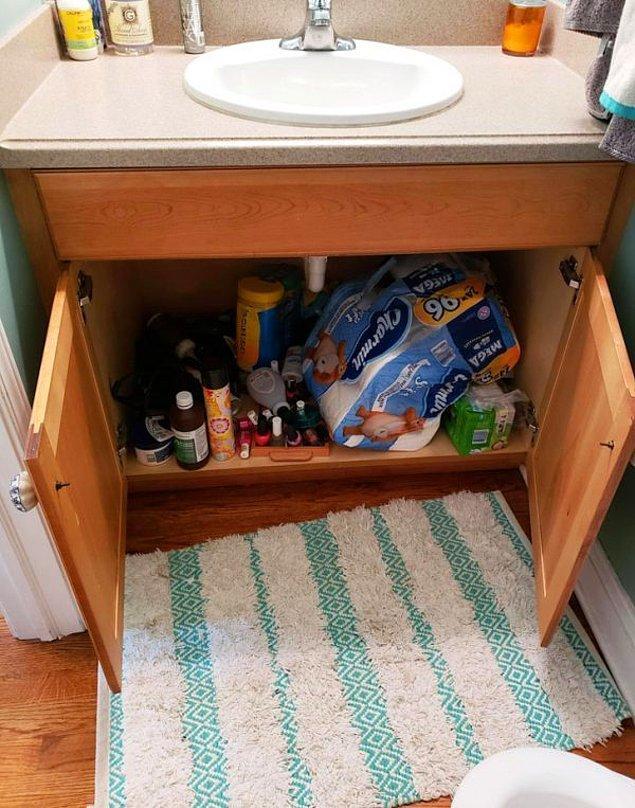 """1. """"8 yaşındaki çocuğum banyo yapmadan önce hep dolabın kapaklarını açık bırakıyor. Eğer bunu yapmazsa, dolabın içerisinden aniden çıkacak bir şeyin onu alıp dolabın derinliklerine götürebileceğini düşünüyor. """""""