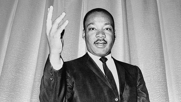 1. Şiddet karşıtı görüşleriyle tanınan ünlü insan hakları savunucusu Martin Luther King, Nobel Barış Ödülünü kazandığında kaç yaşındadır?