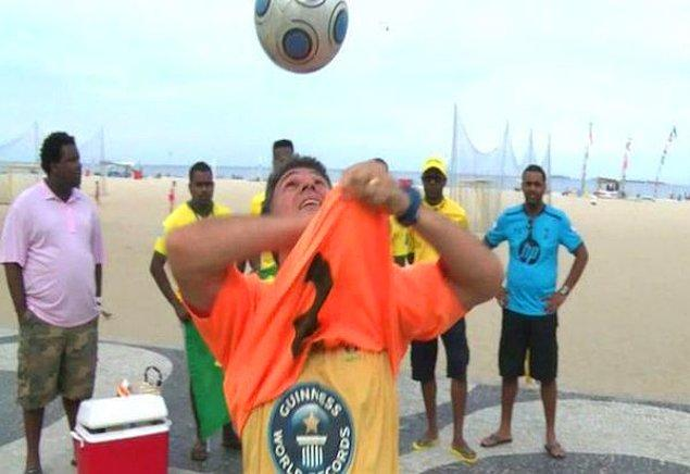 8. Kafada top sektirirken t-shirt çıkarma rekoru
