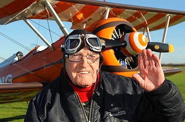 12. Uçak kanatında yürüyen en yaşlı insan