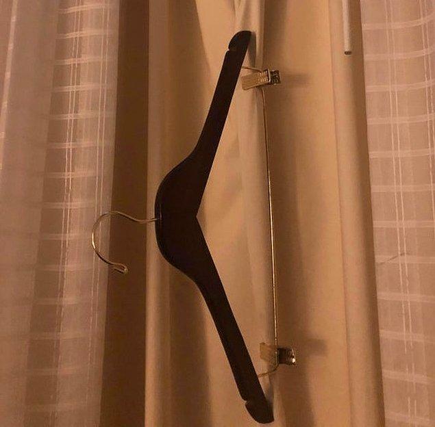 12. Otel odanızın penceresinden çok fazla ışık giriyorsa, klipsli bir askı alın ve perdeye tutturun.