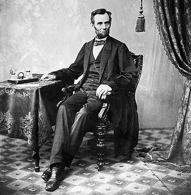 Tabii, bunun dışında aşırı uzun elleri, uzun kemikleri ve yüz hatları da göz önüne alınınca Abraham Lincoln'ün Marfan sendromundan muzdarip olduğu düşünüldü.