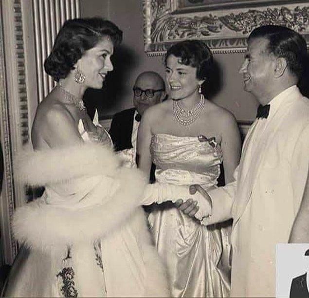 21. Eski Turizm Bakanı Muammer Baykam, Hilton Oteli'nin açılışında eşi ile birlikte davetlileri karşılarken, İstanbul, 1955.