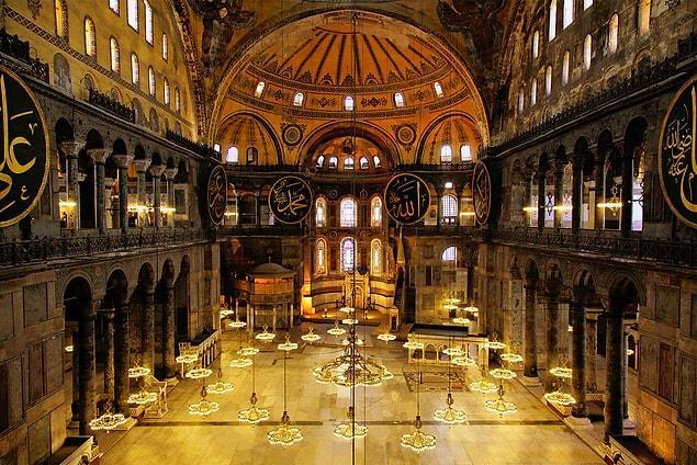 """Ayasofya: Doğu Roma İmparatorluğu'nun İstanbul'a yaptığı en büyük kilise. Benzersiz bir mimarisi olan Ayasofya'dan kitapta şöyle bahsediliyor: """"Belki de inşa edilmiş en mükemmel bina""""..."""