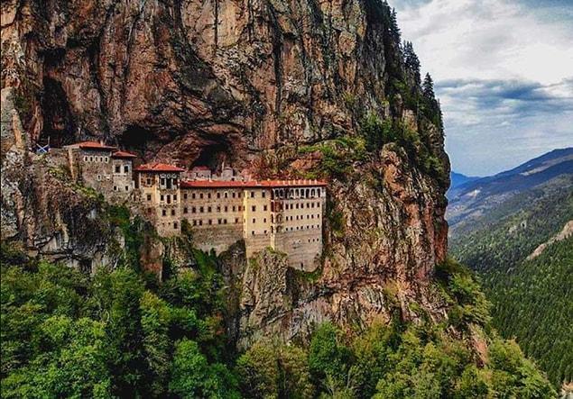 Sümela Manastırı: İnsanoğlunun akıl almaz yeteneğini ve hayal gücünü birleştiren eşsiz bir yer. Deniz seviyesinden tam 1150 metre yüksekliğe sahip olan ve 2 rahip tarafından inşa edilen yapı Trabzon şehrinde yer alıyor.