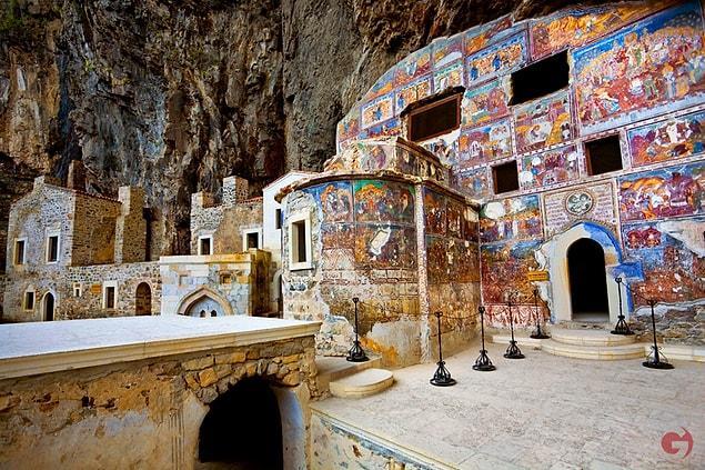 Rum Ortodoks manastır ve kilise kompleksi olan yer M.S. 365-395 yıllarında kurulmuş. Bir rivayete göre Atinalı iki rahip birbirlerinden habersiz rüyalarında Hz. İsa ve Hz. Meryem'i Mela Dağı'nda görürler.