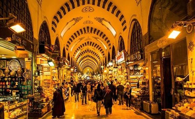 Mısır Çarşısı: Hem Bizans hem de Osmanlı döneminde Doğu ile Batı'nın müthiş bir sentezi olan en hareketli ticaret merkezi olmuştu. O zamanlar pek çok ürün Mısır'dan geldiği için ismine Mısır Çarşısı denmiş.