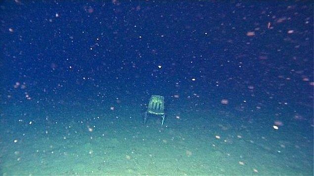 16. Okyanusun dibinde bulunan sandalye...