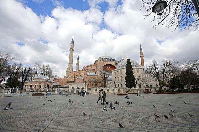 Ayasofya, Sultanahmet Camisi ve Topkapı Sarayı nedeniyle ilgi odağı olan Sultanahmet Meydanı'nda da ziyaretçi yönünden azalma görüldü.