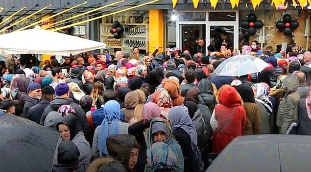 Yaşanan izdiham nedeniyle birçok vatandaş ezilme tehlikesi geçirdi. Giriş kapısında sıkışanların yanı sıra kalabalıktan bunalan vatandaşlar çevredekiler tarafından kenara çekilerek sakinleştirildi.