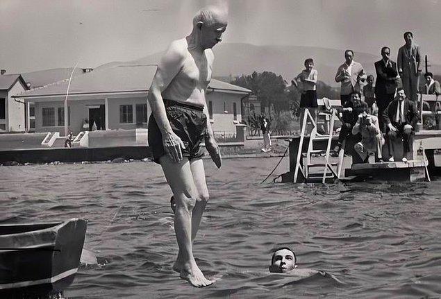 22. Türkiye Cumhuriyeti'nin 2. Cumhurbaşkanı ve dönemin CHP Genel Başkanı İsmet İnönü, İstanbul Maltepe'de denize çivileme atlarken, 1967.
